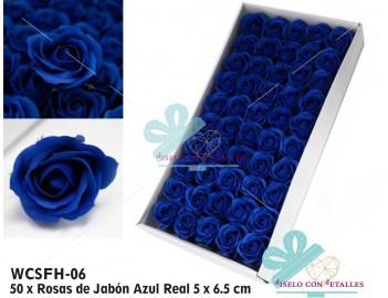 Rosas con pétalos de jabón en color azul real
